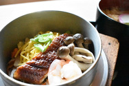 【ならや 東大寺店】奈良公園観光の昼食には、柔らかくほどよく脂ののったうなぎが入った釜めしはいかがでしょうか。